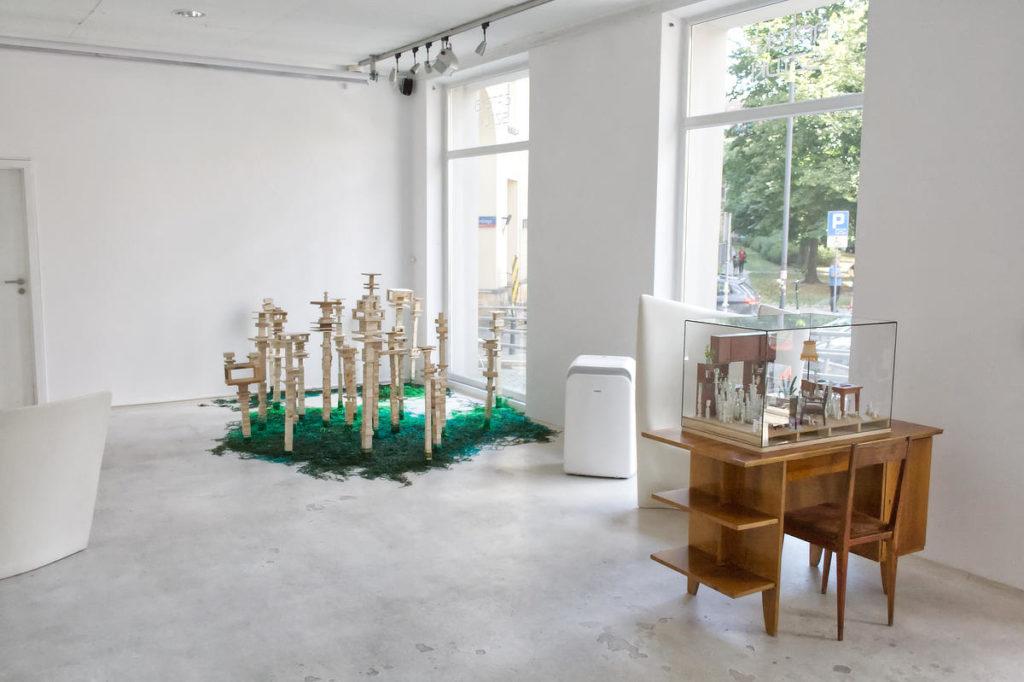 Zdjęcie sali z wystawy Miejsca Pauliny Okurowskiej