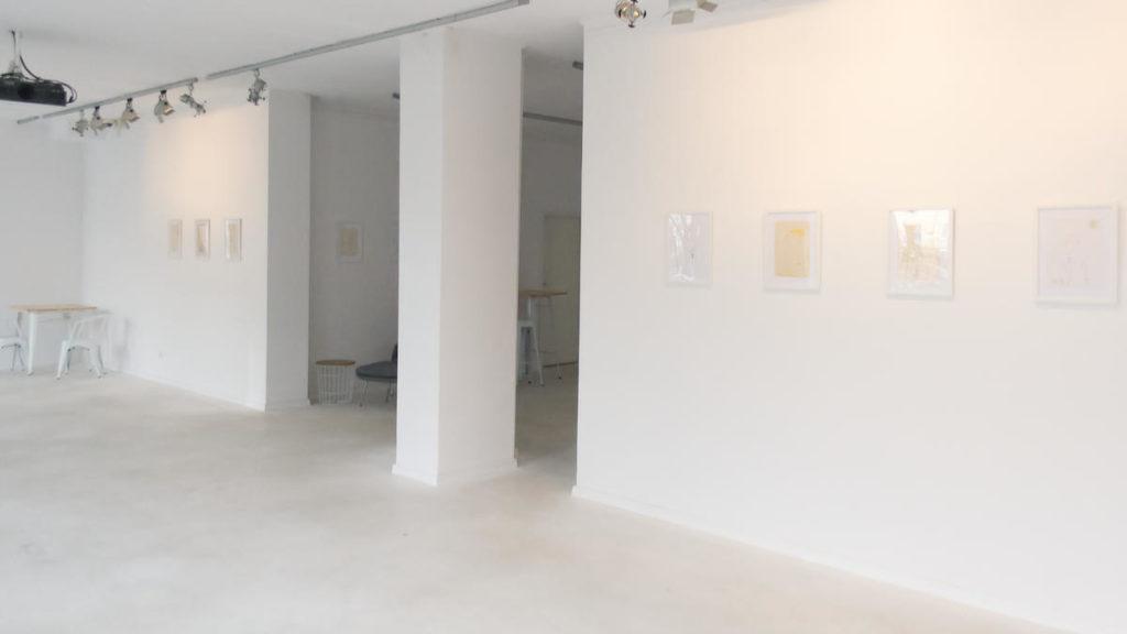 Zdjęcie sali z wystawy Krótka kreska przedstawia Jakuba Ptaszyńskiego
