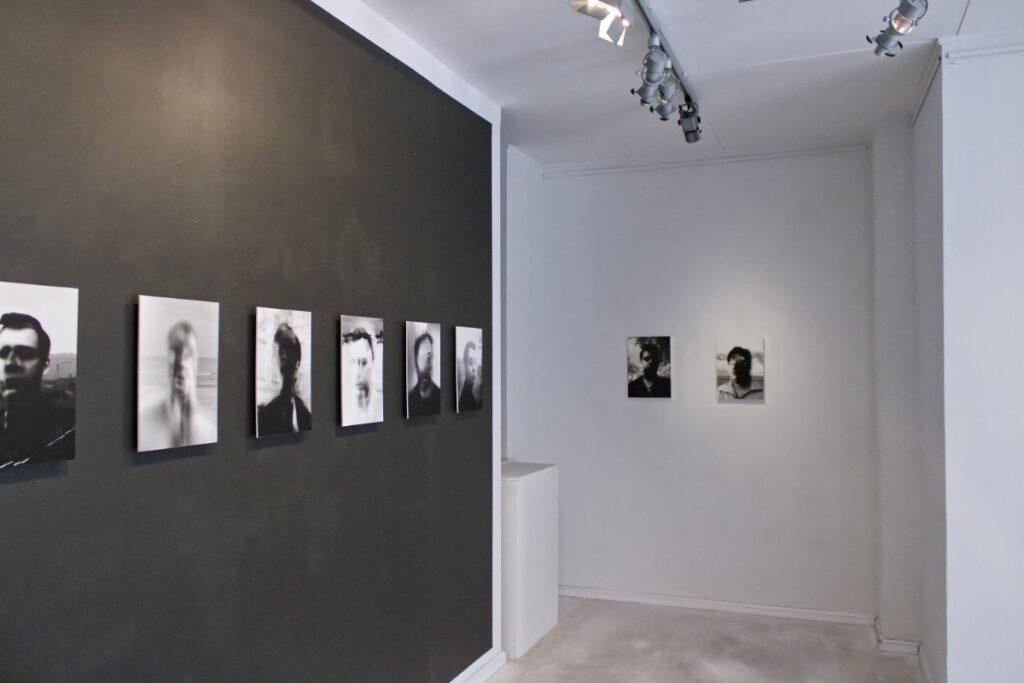 Zdjęcie sali z wystawy Relacja zdarzeń Arkadiusza Glegoły